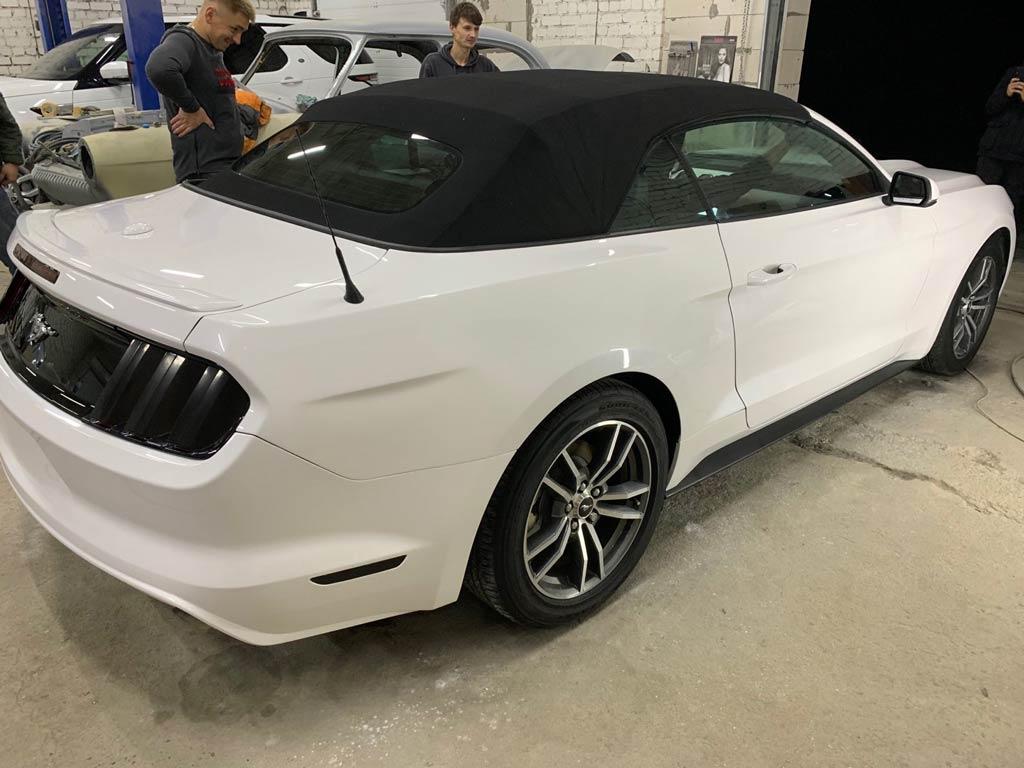 восстановленный и свежевыкрашенный Ford Mustang
